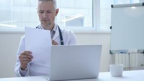 Perizia medica della lettura di medico del paziente in clinica archivi video
