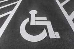 Perjudicado/inhabilitó la muestra del estacionamiento pintada en el asfalto del camino fotos de archivo