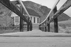 PERKAL, CA - most stara szkoła dom obrazy stock