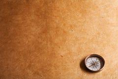 Perkament en een oud kompas Royalty-vrije Stock Fotografie