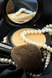 Perla bianca con polvere in una casella fotografia stock libera da diritti