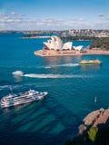 Perla blanca de Sydney Opera House en las aguas azules de Sydney Harbour Foto de archivo