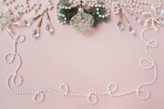 Perla della cartolina di Natale del fondo di Rosa ed abete rosso blu Fotografia Stock