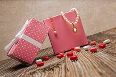 Perla di giorno di biglietti di S. Valentino, diamante, necklase, regalo Fotografie Stock Libere da Diritti