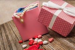 Perla di giorno di biglietti di S. Valentino, diamante, necklase, regalo Immagini Stock Libere da Diritti