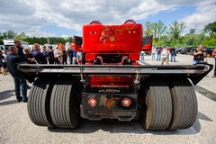 Perla roja Scania R999 por las aduanas de Svempas Imagenes de archivo