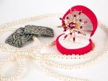 Perlas, broche y anillo costoso Imagenes de archivo