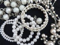 Perlas, collares y pulseras Imagen de archivo libre de regalías