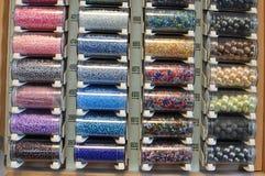 Perlas coloreadas en tubos Foto de archivo