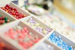 Perlas coloridas para la joyería Fotos de archivo libres de regalías