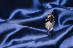 Perlas del broochwith del corazón fotos de archivo