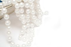 Perlas en el fondo blanco fotografía de archivo