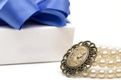 Perlas en el fondo blanco Imagenes de archivo