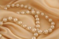 Perlas en el satén imagen de archivo libre de regalías