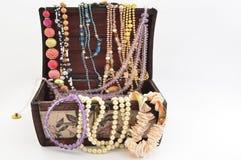 Perlas en un pecho de lujo del vintage y una diversa joyería Fotografía de archivo libre de regalías
