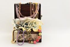 Perlas en un pecho y un seashall de lujo del vintage con diversa joyería Fotografía de archivo libre de regalías