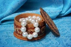 Perlas en un rectángulo de joyería Imagen de archivo libre de regalías