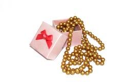 Perlas hermosas en el fondo blanco en caja de regalo Imagenes de archivo