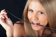 perlas penetrantes de la mujer atractiva imagenes de archivo
