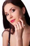 Perlas que desgastan de la mujer hermosa Foto de archivo libre de regalías