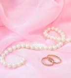 Perlas y anillos de bodas Fotografía de archivo