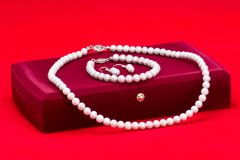 Perlas y caja de regalo Foto de archivo libre de regalías