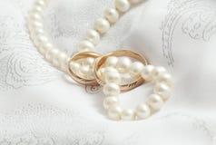 Perlas y explosiones de la boda en una tela. imagenes de archivo
