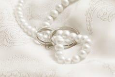 Perlas y explosiones de la boda. Tono en sepia. imagen de archivo
