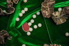 Perlas y ribete en fondo de la tela Imagen de archivo libre de regalías