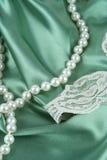 Perlas y satén Foto de archivo libre de regalías
