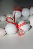 Perle bianche con il nastro Immagine Stock