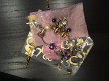 Perle bianche e porpora del braccialetto, con il braccialetto di incanti Fotografia Stock