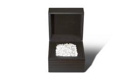 Perle bianche in scatola nera su fondo bianco Immagine Stock