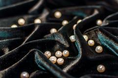 Perle bianche su velluto Immagini Stock Libere da Diritti