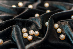 Perle bianche su velluto Immagine Stock Libera da Diritti