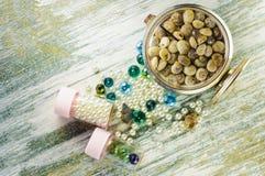 Perle blu, perla ed orologio con le conchiglie e barattoli con le perle Fotografie Stock