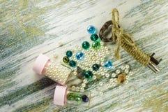 Perle blu, perla, vecchia chiave e barattoli con le perle Fotografie Stock Libere da Diritti