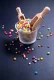 Perle colorate dello zucchero per la decorazione dell'alimento Fotografia Stock