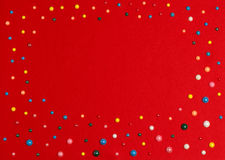Perle colorate su tessuto rosso Immagini Stock Libere da Diritti
