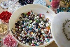 Perle d'annata multicolori e perle in piccole scatole Immagine Stock Libera da Diritti