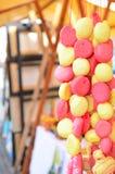 Perle de pain d'épice accrochant en vente sur un marché Image stock