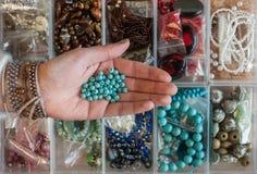Perle dei gioielli della tenuta della mano della donna Immagine Stock
