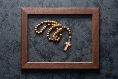 Perle del rosario nel telaio di legno Immagine Stock Libera da Diritti