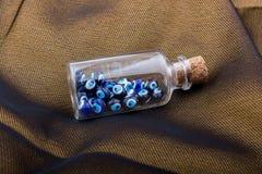 Perle des bösen Blicks in der Flasche als Andenken lizenzfreies stockbild