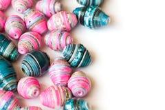 Perle di carta blu e rosa fatte a mano Fotografia Stock Libera da Diritti