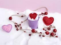Perle di legno rosse, cuori fatti a mano sulla neve, vista superiore, concetto del feltro delle congratulazioni sul San Valentino fotografia stock libera da diritti