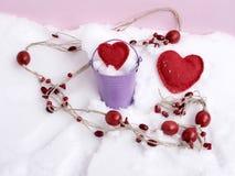 Perle di legno rosse, cuori fatti a mano sulla neve, vista superiore, concetto del feltro delle congratulazioni sul San Valentino fotografie stock