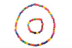Perle di legno variopinte collana e braccialetto isolati su bianco Fotografie Stock