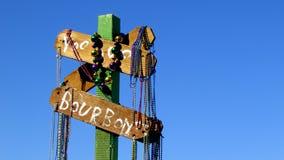 Perle di Mardi Gras su un segno Fotografia Stock