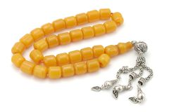 Perle di preghiera gialle antiche della bachelite isolate su bianco fotografia stock